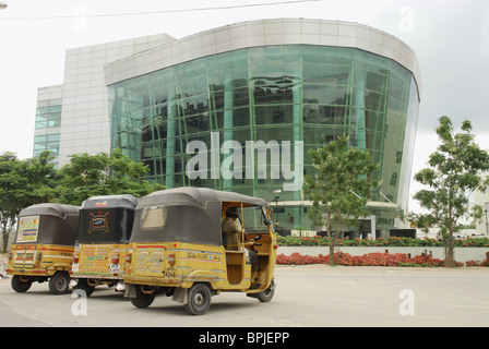 Cyberabad, motor rickshaws in front of modern building, HiTec City, Hyderabad, Andhra Pradesh, India, Asia - Stock Photo