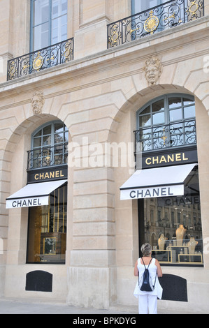 Paris france chanel store window display mannequin for Chanel locations in paris