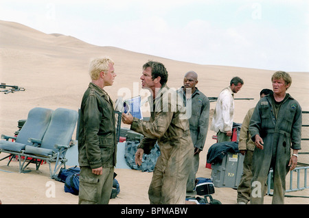 GIOVANNI RIBISI DENNIS QUAID KIRK JONES HUGH LAURIE & SCOTT MICHAEL CAMPBELL FLIGHT OF THE PHOENIX (2004) - Stock Photo