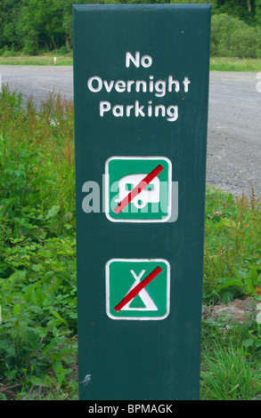 No Overnight Parking. Camping, Caravaning or Staying Sign in a Forestry Commission Car Park, UK - Stock Photo