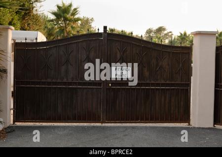 Sign on a gate 'Fermer la porte' (Close the Gate/door) - Stock Photo