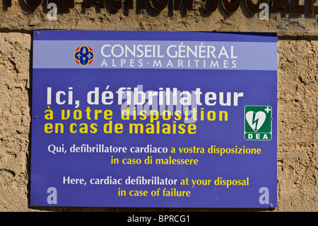 Sign indicating the presence of a defibrillator, Biot Village, France - Stock Photo