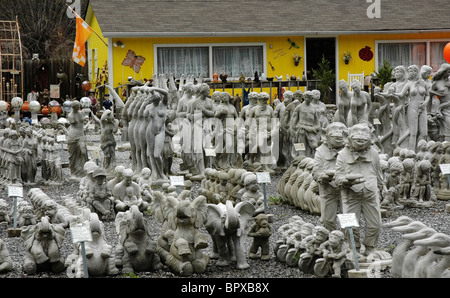Shops & Galleries along the Great Smoky Arts and Crafts Community Gatlinburg Tennessee lawn and garden art - Stock Photo