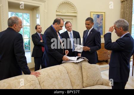 Barack Obama talks with senior advisors - Stock Photo