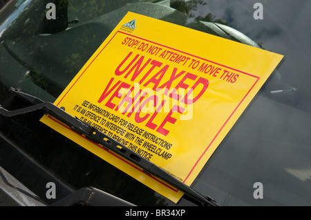 Large adhesive DVLA sticker on windscreen of illegal, untaxed and wheel clamped car - Stock Photo