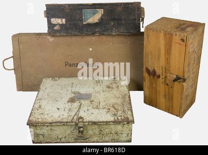 ACCESSOIRES, Ensemble de caisses allemandes, comprenant deux caisses en bois naturel, l'une pour quatre Panzerfaust, - Stock Photo