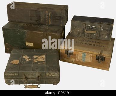 ACCESSOIRES, Ensemble de caisses allemandes, comprenant une caisse en bois naturel pour 80 obus de calibre 2 cm - Stock Photo