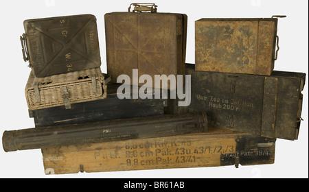 ACCESSOIRES, Ensemble de caisses allemandes, comprenant une caisse en bois blanc pour un obus antichar encartouché - Stock Photo
