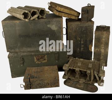 ACCESSOIRES, Ensemble de caisses allemandes, comprenant une valise en tôle nervurée peinte sable pour obus de mortier - Stock Photo