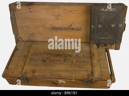 ACCESSOIRES, Ensemble de caisses allemandes, comprenant deux caisses en bois naturel, l'une pour le transport de - Stock Photo