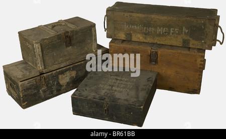 ACCESSOIRES, Ensemble de caisses allemandes, comprenant quatre caisses en bois feldgrau, l'une d'elles pour obus - Stock Photo