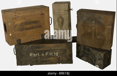 ACCESSOIRES, Ensemble de caisses allemandes, comprenant deux caisses en bois feldgrau, l'une pour 3 douilles d'obusier - Stock Photo