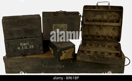 ACCESSOIRES, Ensemble de caisses allemandes, comprenant 3 caisses en bois feldgrau, deux d'eux pour 2 douilles d'artillerie - Stock Photo