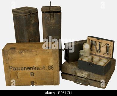 ACCESSOIRES, Ensemble de caisses allemandes, comprenant une caissette en bois feldgrau contenant 6 flacons de verre - Stock Photo