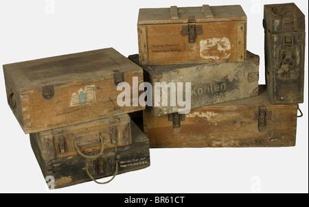 ACCESSOIRES, Ensemble de caisses allemandes, comprenant une caisse en bois naturel pour 1500 cartouches perforantes - Stock Photo