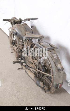 VEHICULES MILITAIRES, Moto Zündapp 200cc, Après la destruction massive des usines Zündapp pendant la guerre, la - Stock Photo