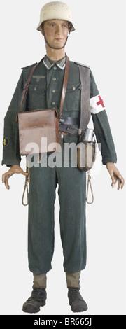 WEHRMACHT, Sous-officier infirmier de la Wehrmacht, sur mannequin, comprenant un casque modèle 40 peint en blanc - Stock Photo