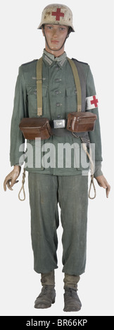 WEHRMACHT, Infirmier de la Wehrmacht, sur mannequin, comprenant un casque modèle 35/40 repeint d'origine en blanc - Stock Photo