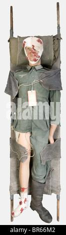 WEHRMACHT, Soldat blessé de la Wehrmacht, sur mannequin, comprenant une veste de combat quatre poches en treillis - Stock Photo