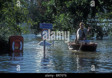 Man in coracle on flooded River Severn, Worcester, Worcestershire, UK, November 2000 - Stock Photo