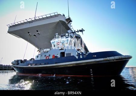 Bremerton, Puget Sound, Washington, USA. YT 802 Valiant assisting CVN aircraft carrier, John C. Stennis to Puget - Stock Photo