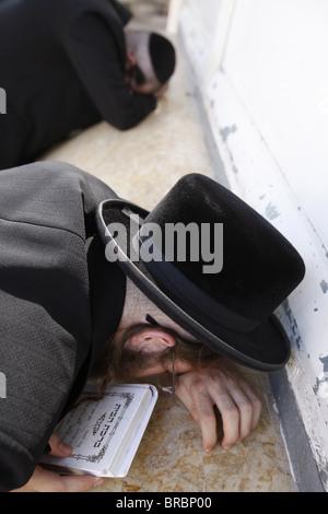 Belz Hasidic Jews praying at Maimonides' tomb in Tiberias, Galilee, Israel - Stock Photo