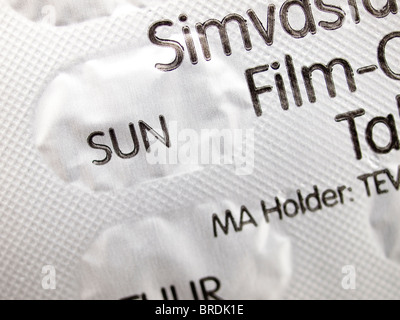 Simvastatin tablets to reduce Cholesterol by daily dose with packaging showing SUNday as a reminder - Stock Photo
