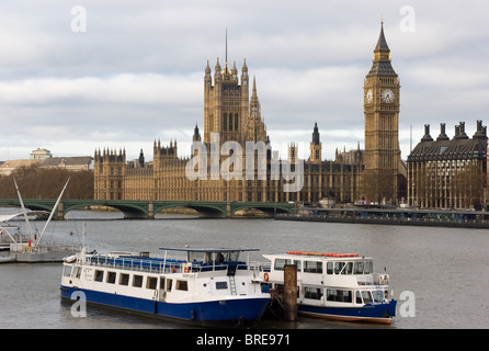 Tour boats on the Thames near the Palace of Westminster (Houses of Parliament) and Big Ben clock tower (Elizabeth - Stock Photo