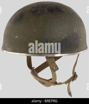 Grande Bretagne Deuxième Guerre Mondiale, Casque de Parachutiste de l'Armée Anglaise., Coque kaki, jugulaire et - Stock Photo