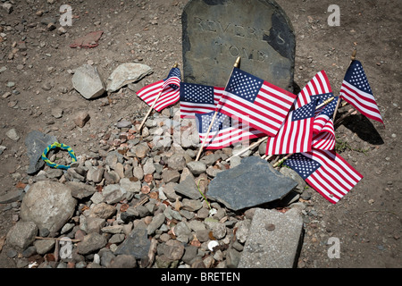 Paul Revere's Tomb with penny offerings and American flags. The tomb stone of Paul Revere has turned into a pilgrimage - Stock Photo