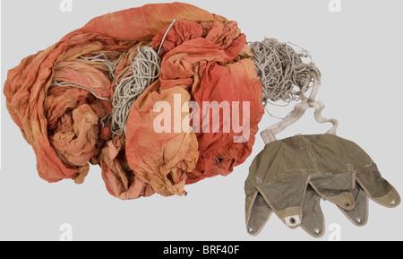 Grande Bretagne Deuxième Guerre Mondiale, Parachute de Container Anglais., Voilure rouge complet dans son sac kaki - Stock Photo