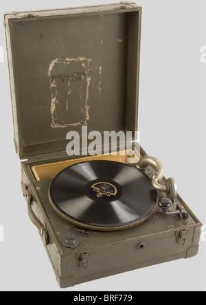 Etats Unis Deuxième Guerre Mondiale, Phonographe de l'US Army, complet dans sa boîte de transport kaki. Joint un - Stock Photo