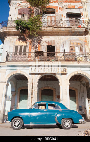 HABANA VIEJA: CLASSIC AMERICAN CAR AND COLONIAL BUILDING - Stock Photo
