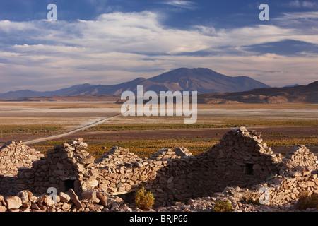 an abandoned house on the edge of the altiplano nr San Pedro de Quemez, Bolivia - Stock Photo