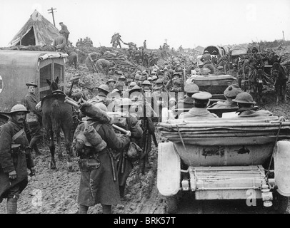 FIRST WORLD WAR British troops move towards the start line for an offensive on the Somme in 1916. - Stock Photo