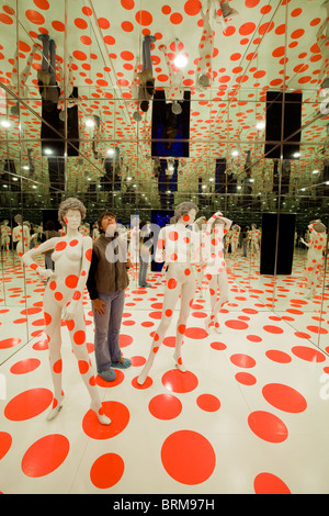 Mattress Factory Museum, Pittsburgh, Pennsylvania, installation called 'infinity dots mirrored room' by Yayoi Kusama - Stock Photo