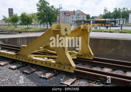 buffers buffers hit hitting the rail rails railway railways end of the line destination final stop stopping point - Stock Photo