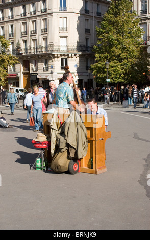 Street musicians playing on the Pont de l'Archeveche - Stock Photo