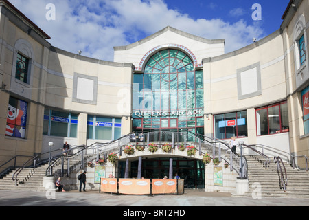 Entrance to Queens Arcade shopping centre in Cardiff (Caerdydd), Glamorgan, South Wales, UK, Britain. - Stock Photo