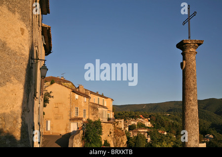 FORTIFIED VILLAGE OF MENERBES, ONE OF THE MOST BEAUTIFUL VILLAGES IN FRANCE, VAUCLUSE (84), FRANCE - Stock Photo