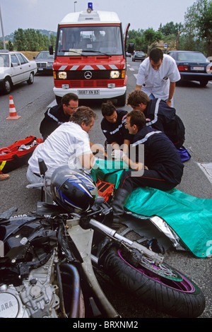 FIRE DEPARTMENT AND EMERGENCY MEDICAL SERVICES TREATING A VICTIM AT A ROAD ACCIDENT, SAINT-TROPEZ, VAR (83), FRANCE - Stock Photo