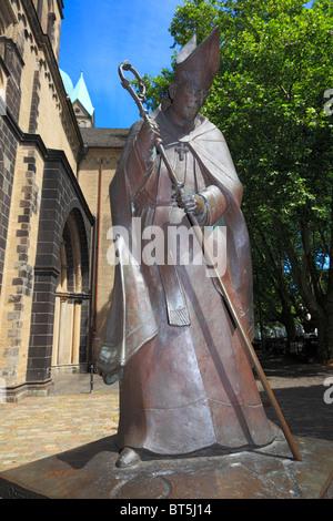 Denkmal des Koelner Erzbischofs Josef Kardinal Frings auf dem Muensterplatz, Bildhauer Elmar Hillebrand, Neuss, - Stock Photo