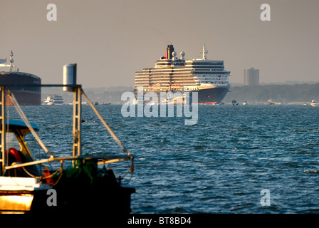 Passenger liner 'Queen Elizabeth' leaving Southampton on her maiden voyage - Stock Photo