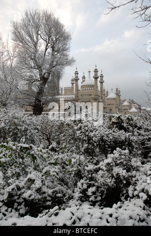 Brighton Royal Pavilion and gardens in the snow - Stock Photo