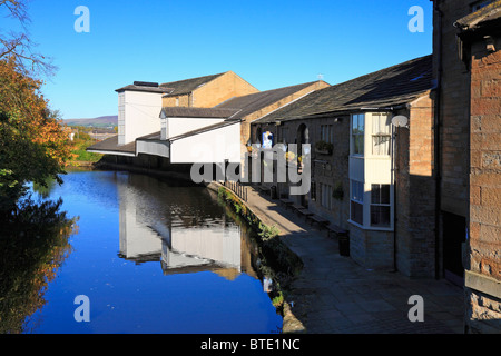 Weavers' Triangle, Leeds & Liverpool Canal and The Inn on the Wharf, Burnley, Lancashire, England, UK. - Stock Photo