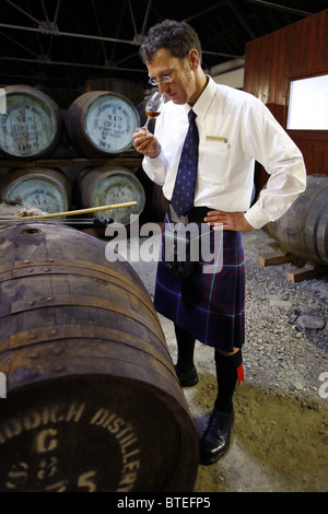 Testing Flavour & Colour, The Glenfiddich Distillery, Dufftown, Keith, Banffshire, Scotland - Stock Photo