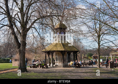 People relaxing in Kensington Gardens - Stock Photo