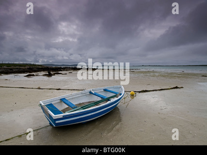 Blue Boat and wide empty sands of the Traigh Bhalaigh Beach at Malaclete, Sollas, North Uist, Hebrides. SCO 6958 - Stock Photo