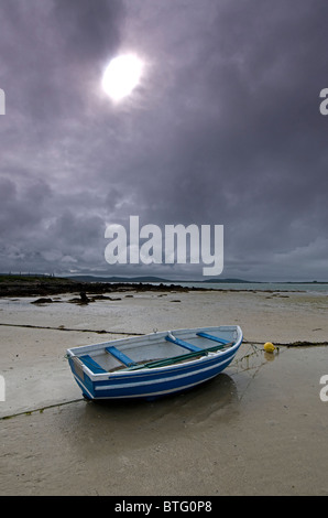 Blue Boat and wide empty sands of the Traigh Bhalaigh Beach at Malaclete, Sollas, North Uist, Hebrides.  SCO 6959 - Stock Photo
