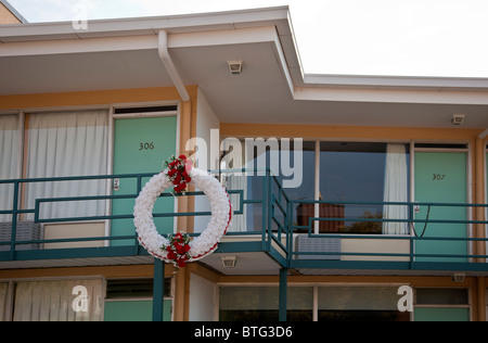 Wreath outside the balcony of the Lorraine Motel, Memphis, Tennessee, USA, where Dr Martin Luther King Jr was shot on 4.4.1968. Stock Photo
